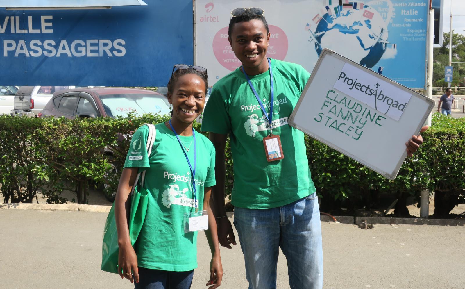 El personal en destino local recibiendo a voluntarios en el aeropuerto.
